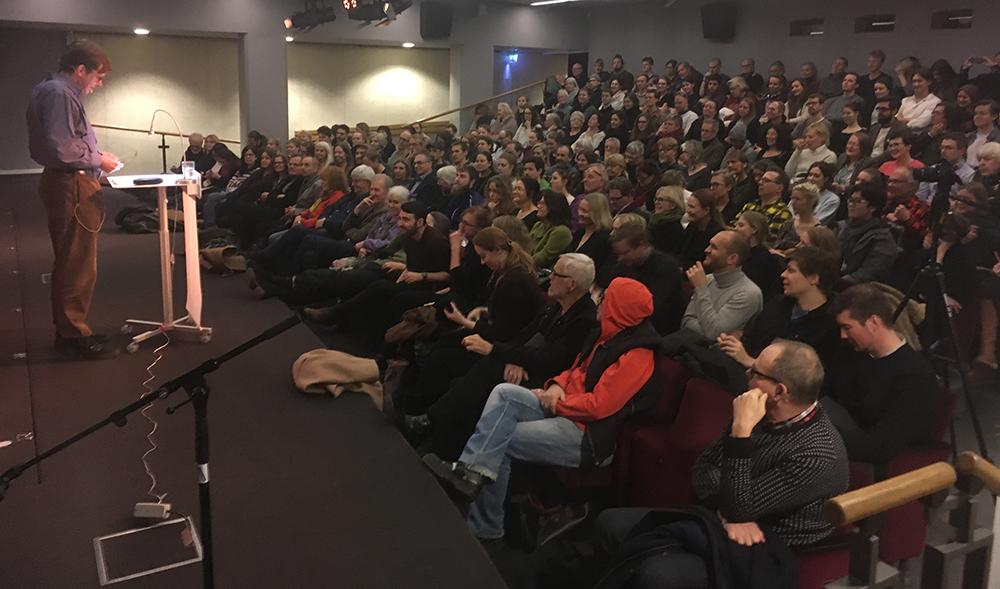 Hörsalen på Stadsbiblioteket i Göteborg var fullsatt när psykoanalytikern Johan Eriksson föreläste tidigare i år. Foto: GFFP